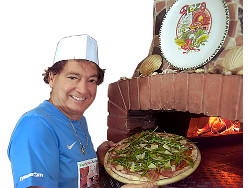 Mimmo beim Pizza backen